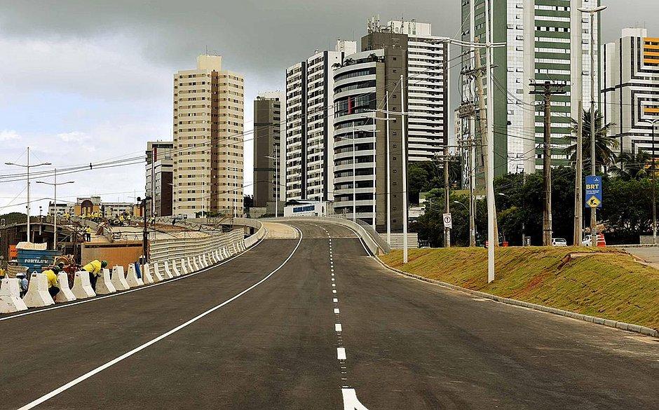 Tráfego de veículos é liberado em novo viaduto da avenida ACM
