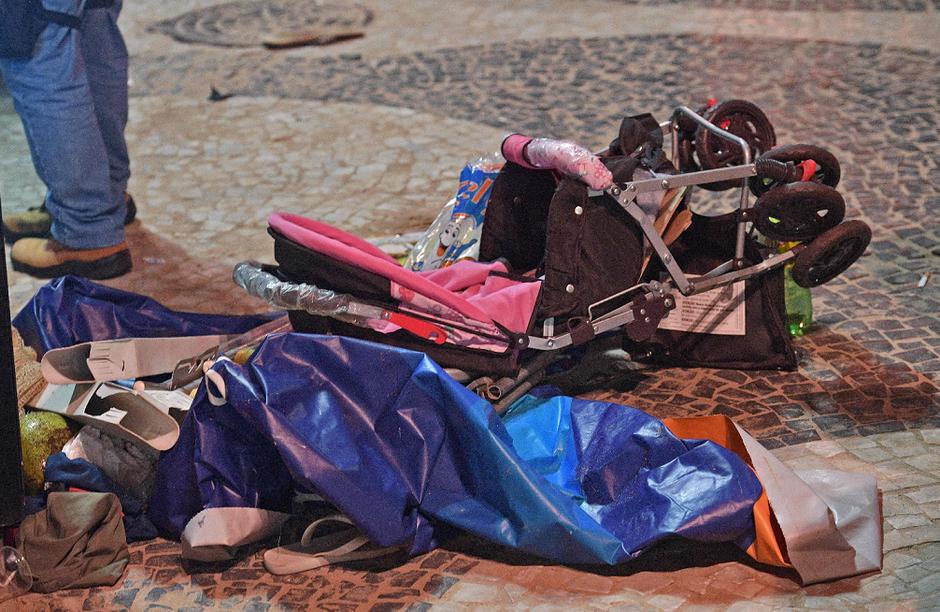 Carrinho de bebê ficou retorcido após impacto de carro na praia de Copacabana