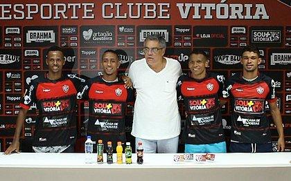 Romisson, Ítalo, Gabriel Bispo e Van posam abraçados com Paulo Carneiro