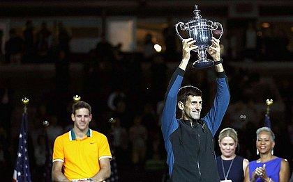 Observado por Del Potro, Djokovic levanta troféu de campeão do US Open