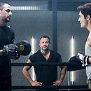 Personagem de Malvino Salvador (centro), Agno vai convidar Leandro (à direita) para morar em sua casa