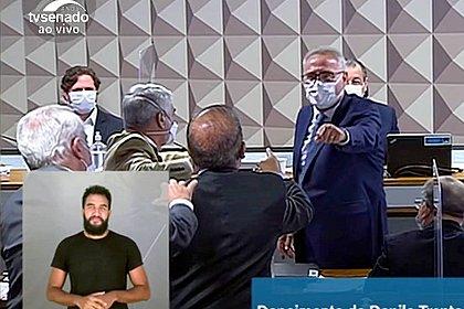 Renan e Jorginho Mello batem boca na CPI aos gritos de 'vagabundo' e 'ladrão'