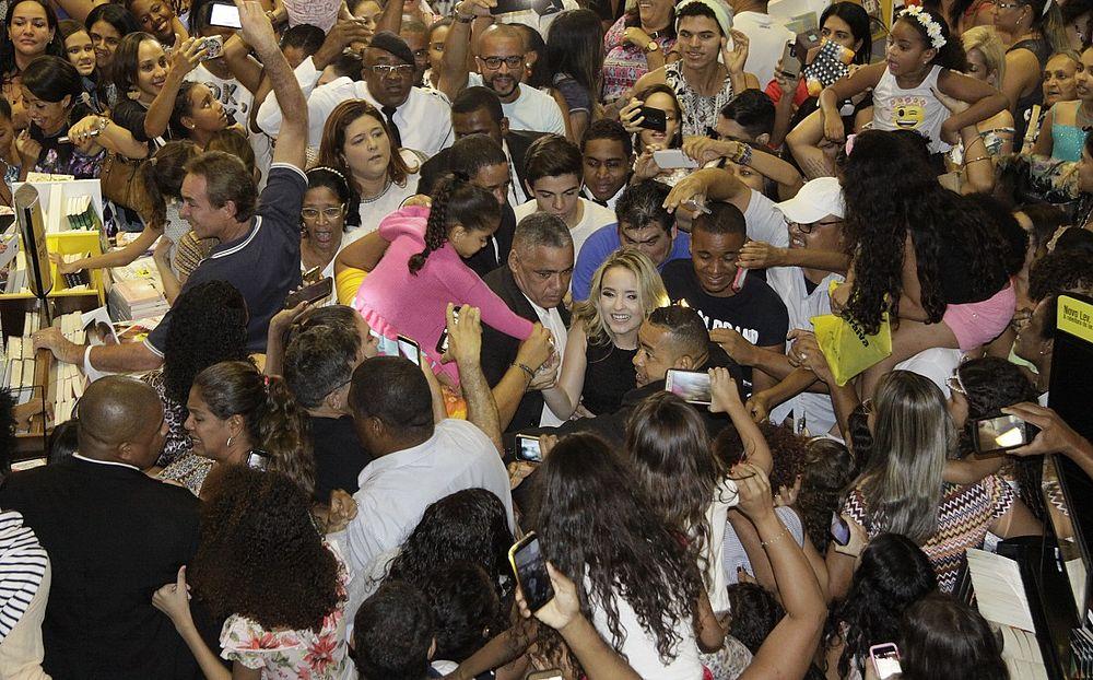 d0cd362439649 O sucesso de Larissa Manoela é tão grande que a atriz e cantora lotou a Livraria  Saraiva no Shopping da Bahia para uma tarde de autógrafos no lanamento de  ...