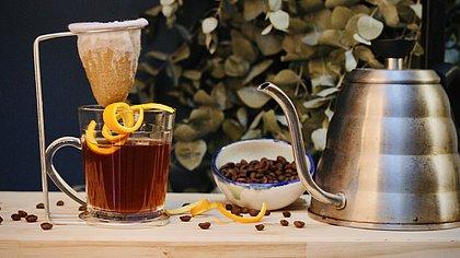 Café botânico com especiarias e rapadura