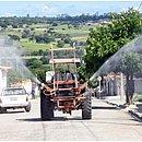 Até trator é usado na limpeza das ruas em Ribeira do Pombal