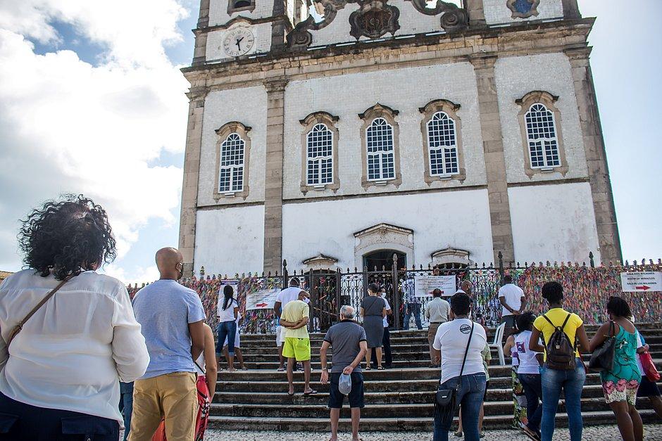 Na igreja Senhor do Bonfim, fiéis acompanham missa do lado de fora