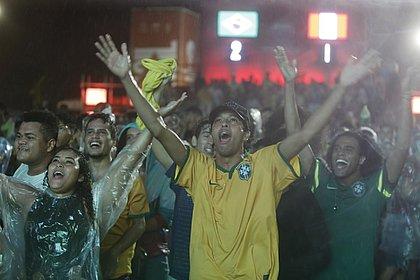 Torcedores acompanham vitória brasileira no Farol da Barra