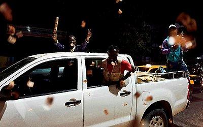Partidários do Presidente em exercício Macky Sall comemoram antecipadamente em Dakar, a vitória nesta última eleição no Senegal.