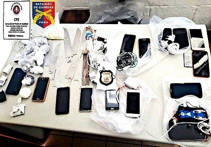 Dez facas e 14 celulares são apreendidos em presídio de Salvador