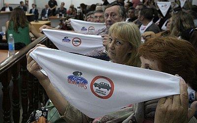 Trabalhadores antigos da Ford, esperam no tribunal em San Martin, Buenos Aires, o veredito sobre dois ex-executivos da empresa na Argentina que são acusados de participar ativamente da ditadura militar no período de 1976-1983.