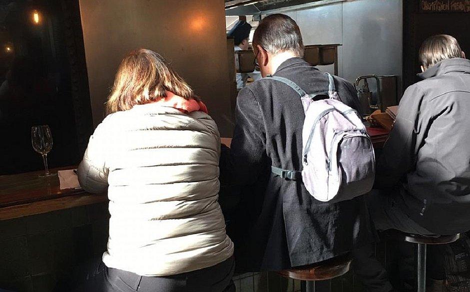 José Crespo e a esposa em restaurante uruguaio
