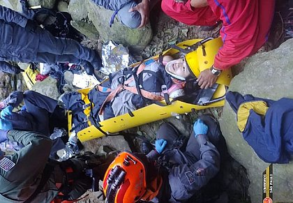 Mulher é resgatada após queda de 20 metros no Vale da Morte, em SP