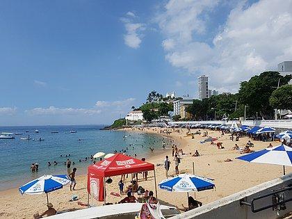 Depois de dias chuvosos, sol e banhistas reaparecem no Porto da Barra