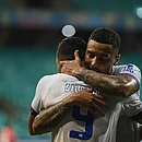 Gregore abraça Gilberto; cada um fez um gol