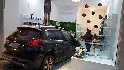 Homem invade com carro loja onde a ex trabalha em Santa Catarina