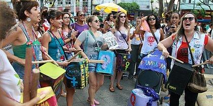 Manifestantes concentradas na Praça da Piedade antes de passeata