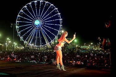 Anitta, com a roda gigante ao fundo