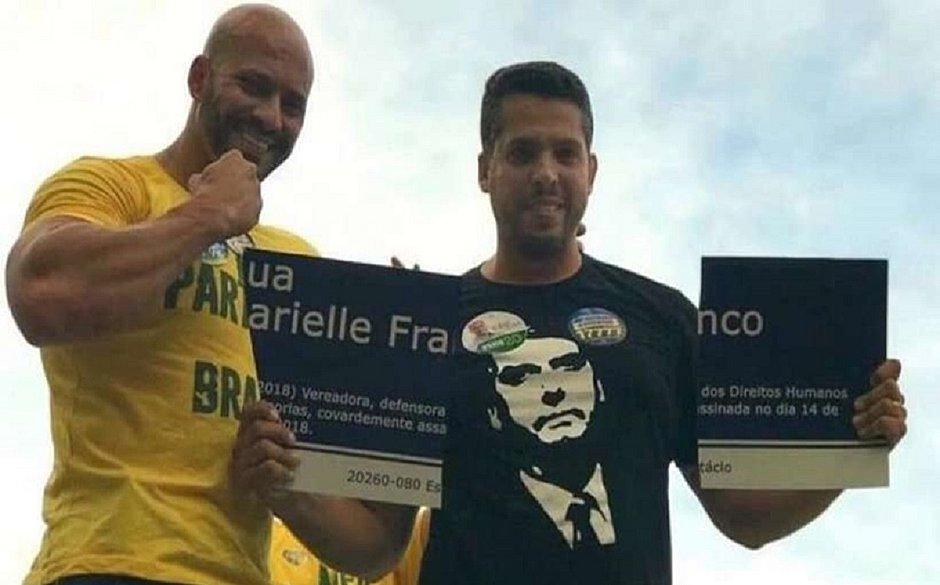 Daniel Silveira, à esquerda, ficou famoso após ajudar a quebrar placa com o nome de Marielle Franco