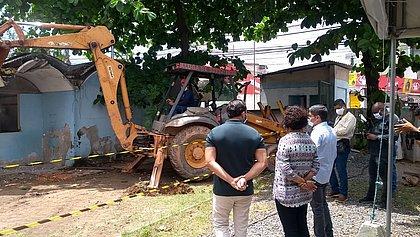 Prefeito e secretário acompanham o início da demolição