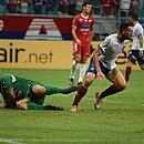 Gilberto comemora gol marcado sobre o Nacional-PAR, na Fonte Nova