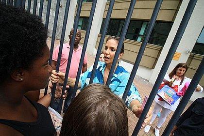 Ivete Sangalo desceu até o play de seu prédio, em Salvador, para falar com fãs