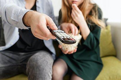 Número de usuários de televisão pirateada se aproxima de assinantes, diz pesquisa