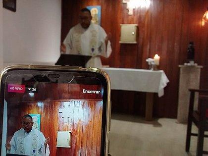 Católicos, espíritas, terreiros de candomblé e protestantes recorrem aos meios digitais para seguir em contato com fieis
