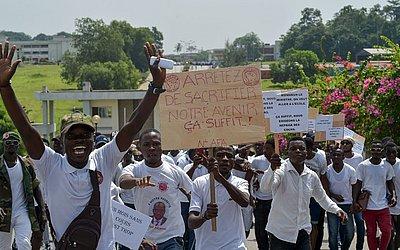 Alunos da escola secundária da Costa do Marfim (FESCI) e da Federação estudantil marcham para exigir a retomada dos cursos em escolas e universidades em Abidjan, onde as aulas foram  interrompidas por seis semanas.
