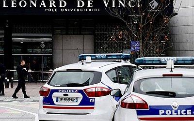 Entrada principal da universidade privada Leonard-da-Vinci em Courbevoie, no noroeste de Paris, está bloqueada após um professor de 66 anos ser esfaqueado até a morte por um ex-aluno do Paquistão.