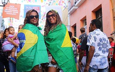 As professoras Lucidalva Daltro e Ivone Matos vestiram a bandeira do Brasil para torcer pelas meninas da Seleção