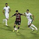 Autor do gol do Vitória contra o Guarani, Léo Ceará disputa a bola no Barradão