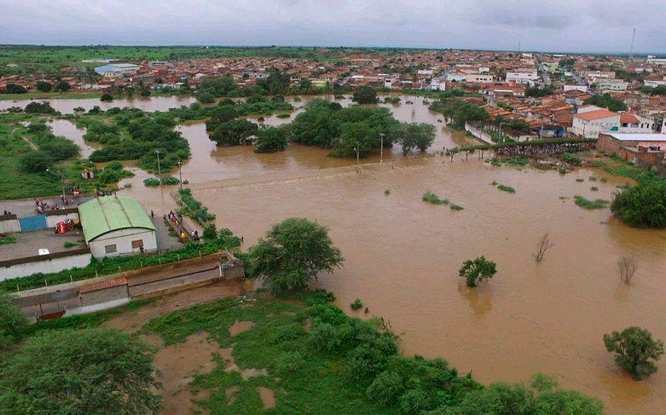 Nova barragem racha e prefeitura emite alerta em cidade na Bahia