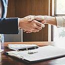 Especialistas recomendam que o consumidor estude muito antes de negociar imóveis e busque assessoria