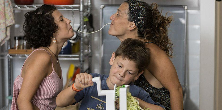 Apresentadora do programa Socorro! Meu Filho Come Mal, Gabriela Kapim posa com os filhos Sofia e Antonio em foto que está no livro que lança em Salvador