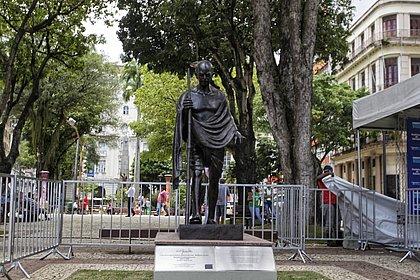 Monumento fica no meio da Praça da Inglaterra, no Comércio