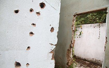 Marcas de tiros em imóvel abandonado, em Canabrava, usado por PMs para extorquir vítimas