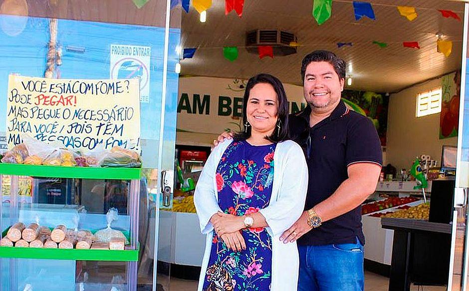 Os empresários Alisson e Érica Almeida ciaram uma prateleira de doações no mercado deles. Basta chegar e pegar