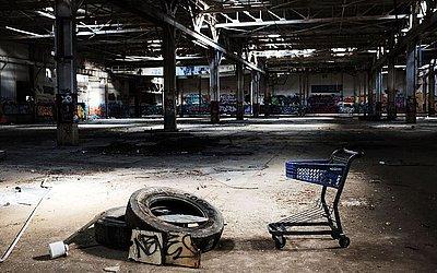 """Interior de uma fábrica abandonada de venezianas em Waterbury, antiga """"cidade de bronze"""" em Connecticut. Em declínio desde a II Guerra, a cidade busca recursos para derrubar as fábricas restantes que se tornaram focos de incêndios."""