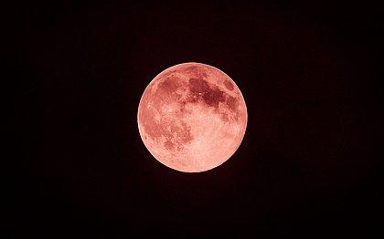 Fenômeno raro, 'Lua de Morango' poderá ser vista no Brasil nesta sexta