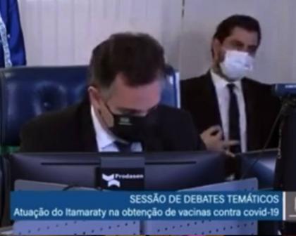 Presidente do Senado pede investigação, após gesto obsceno de assessor de Bolsonaro