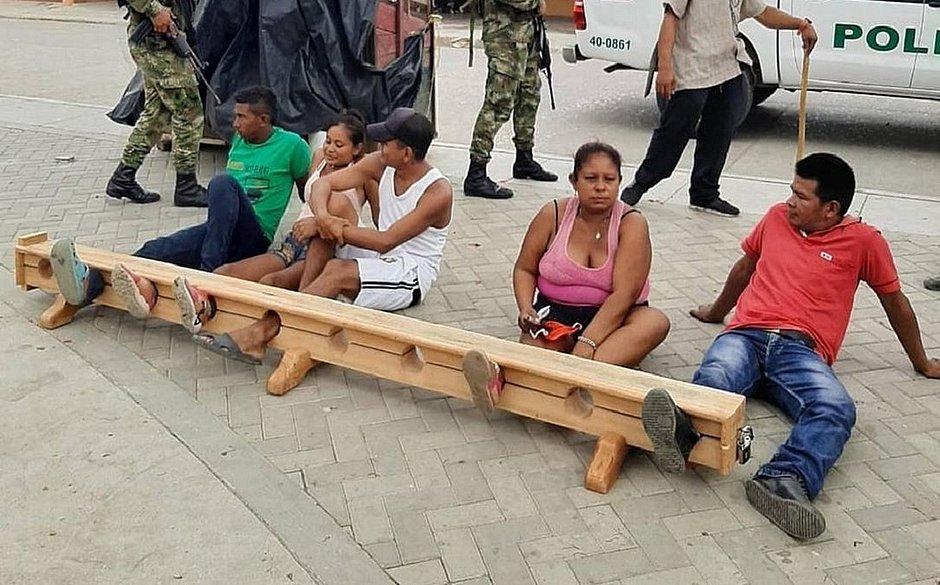 Na Colômbia, quem burla a quarentena fica preso pelo pé no meio da rua