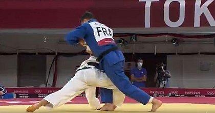 Francês Guillaume Chaine finaliza o judoca brasileiro Eduardo Katsuhiro Barbosa