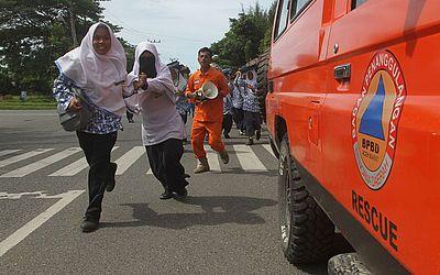 Estudantes indonésios participam de uma simulação de evacuação de Tsunami em Meulaboh na Sumatra.