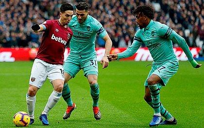 Nasri, do West Ham, controla bola marcado por Kolasinac e Iwobi, do Arsenal