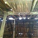 Parte do teto que permaneceu de pé após a chuva