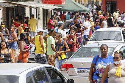 Acabou a pandemia? O dia do voto teve aglomeração, santinho e acompanhante