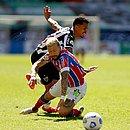 Rossi disputa bola com Allan, volante do Atlético-MG