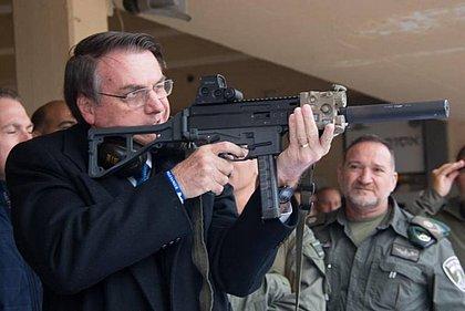 Bolsonaro diz que o povo precisa andar armado: 'Comigo é diferente'