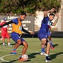 Jackson disputa bola com Gilberto durante treino no Fazendão. Tricolor se prepara para a semifinal do Baianão