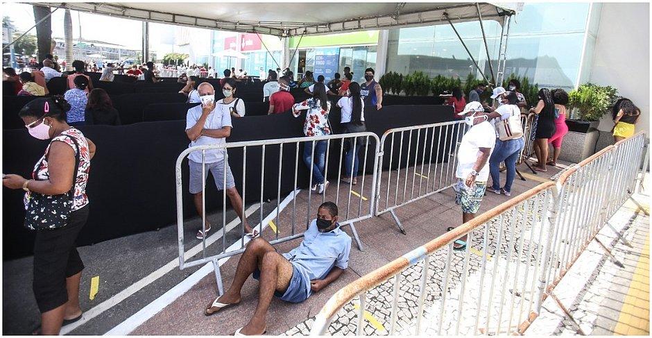 Enquanto estava na fila, um homem não aguentou esperar em pé